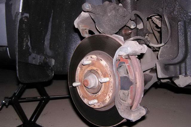 Замена тормозных колодок и дисков